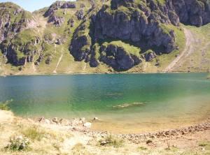 Lago semiartificial. Al fondo se divisan bajantes de piedras.
