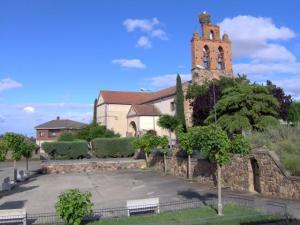 Iglesia de Villaveza del Agua. Al fondo, mi casa ;-).