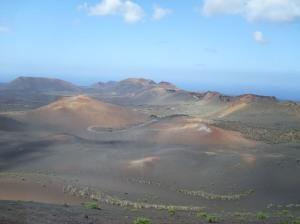 Vista del parque nacional de Timanfaya y el Atlántico al fondo